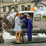 NLD/Tilburg/20170427- Koningsdag 2017, Maurits en partner Marilene van den Broek bekijken een Alouette helicopter