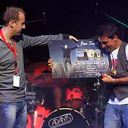 NLD/Amsterdam/20080828 - CD presentatie Jan Smit, Jan krijgt dubbel platina award