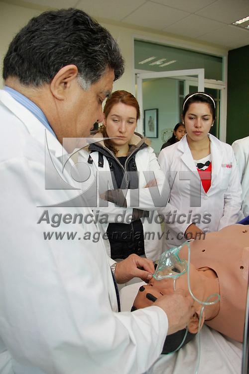 Toluca, México.- El Laboratorio de Unidades Clínicas de la UAEM prepara a los futuros médicos con la ayuda de maniquíes electrónicos, en donde pueden practicar cualquier situación médica que se les pueda presentar, como asistir en quirófano, terapia intensiva, un parto, entre otras cosas, también acuden a practicar médicos y enfermeras de hospitales del la entidad mexiquense. Agencia MVT / Crisanta Espinosa