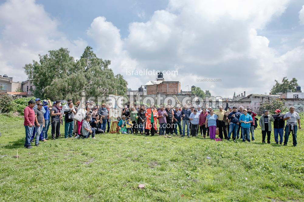 02 julio 2021, Tultepec, México. Participantes de la salva en honor a Santa Isabel reunidos después de la quema de fuegos artificiales en el barrio del mismo nombre de la santa, en Tultepec, México.