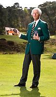 UTRECHT - Voormalig NGF President Jan Willem Verloop op Golfclub Den Pan in Bosch en Duin. Op de foto met het oude NGF logo en een foto met Rol Olland en mevrouw......COPYRIGHT KOEN SUYK