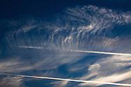 'Luchtfoto's rond zonsondergang. De condensstrepen van vliegtuigen vormen mooie patronen in de lucht.
