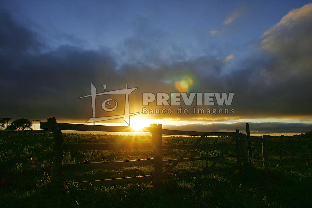 Nascer do solem porteira de fazenda.<br />  FOTO: Jefferson Bernardes/Preview.com