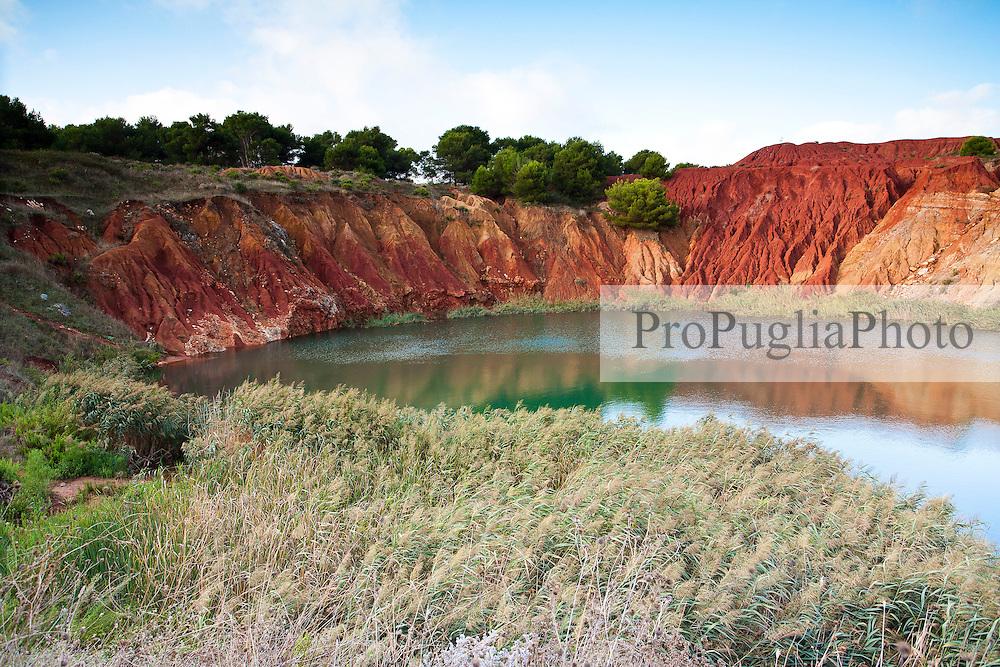 Laghetto creatosi all'interno della cava di bauxite abbandonata, nei pressi di Otranto (LE).