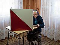 09.10.2011 wies Topolany woj podlaskie Wybory Parlamentarne 2011 n/z glosowanie w OKW nr 4 w fot Michal Kosc / AGENCJA WSCHOD