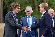 Koning Willem-Alexander opent het nieuwe Park Paviljoen op het Nationale Park de Hoge Veluwe.<br /> <br /> Op de foto: Koning Willem-Alexander, Commissaris van de Koning John Berends