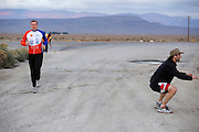 Robert Braam (links) is net als Todd Reichert van Aerovelo aan het opwarmen. Het Human Power Team Delft en Amsterdam (HPT), dat bestaat uit studenten van de TU Delft en de VU Amsterdam, is in Amerika om te proberen het record snelfietsen te verbreken. Momenteel zijn zij recordhouder, in 2013 reed Sebastiaan Bowier 133,78 km/h in de VeloX3. In Battle Mountain (Nevada) wordt ieder jaar de World Human Powered Speed Challenge gehouden. Tijdens deze wedstrijd wordt geprobeerd zo hard mogelijk te fietsen op pure menskracht. Ze halen snelheden tot 133 km/h. De deelnemers bestaan zowel uit teams van universiteiten als uit hobbyisten. Met de gestroomlijnde fietsen willen ze laten zien wat mogelijk is met menskracht. De speciale ligfietsen kunnen gezien worden als de Formule 1 van het fietsen. De kennis die wordt opgedaan wordt ook gebruikt om duurzaam vervoer verder te ontwikkelen.<br /> <br /> The Human Power Team Delft and Amsterdam, a team by students of the TU Delft and the VU Amsterdam, is in America to set a new  world record speed cycling. I 2013 the team broke the record, Sebastiaan Bowier rode 133,78 km/h (83,13 mph) with the VeloX3. In Battle Mountain (Nevada) each year the World Human Powered Speed Challenge is held. During this race they try to ride on pure manpower as hard as possible. Speeds up to 133 km/h are reached. The participants consist of both teams from universities and from hobbyists. With the sleek bikes they want to show what is possible with human power. The special recumbent bicycles can be seen as the Formula 1 of the bicycle. The knowledge gained is also used to develop sustainable transport.