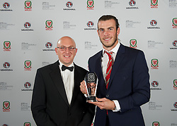 CARDIFF, WALES - Monday, October 5, 2015: Fosters representative Chris Middleton presents Wales' Gareth Bale wins the Men's Players' Player Award during the FAW Awards Dinner at Cardiff City Hall. (Pic by David Rawcliffe/Propaganda)