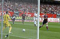 Fotball<br /> Tyskland<br /> Foto: imago/Digitalsport<br /> NORWAY ONLY<br /> <br /> 13.08.2011 <br /> 1.Bundesliga Saison 2011/2012, 2.Spieltag, 1.FC Nürnberg - Hannover 96, im Easy-Credit-Stadion Nürnberg. <br /> <br /> Mohammed Abdellaoue (mitte, Hannover) trifft zum 0:1 gegen Torwart Raphael Schäfer (li, Nürnberg)
