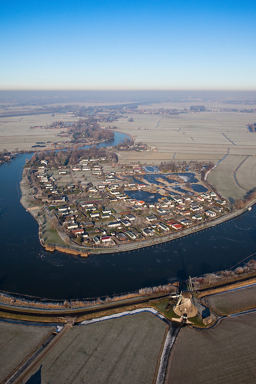 Nederland, Noord-Holland, Nederhorst ten Berg, 10-01-2009; kamping Zonnevanck in de Hornpolder, gelegen in de meander van het riviertje de Vecht; onder in beeld de met riet gedekte molen van de Hoekerpolder; Zonnevanck camping in the Hornpolder, located in the meander of the river Vecht; lower part: windmill with thatched roof; winter landschap, winter landscape, winter, koud, vriezen, min nul, onder nul, beneden nul, koud, celsius, skating, ice skating, ice, fun, skating rink, natural, skate, snow, cold, freezing, minus zero, below zero, cold, winterlandschap, winter landscape;  .luchtfoto (toeslag); aerial photo (additional fee required); .foto Siebe Swart / photo Siebe Swart