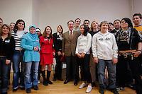 22 JAN 2007, BERLIN/GERMANY:<br /> Franz Muentefering, SPD, Bundesarbeitsminister, Gruppenfoto mit Schuelern und Schuelerinnen, Besuch der Freiligrath-Schule in Berlin-Kreuzberg, anl. des EU-Projekttages, Freiligrath-Schule<br /> IMAGE: 20070122-01-043<br /> KEYWORDS: Schüler, Schülerinnen, Gruppenbild, Franz Müntefering