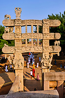 Inde, état du Madhya Pradesh, Sanchi, monuments bouddhiques classés Patrimoine mondial de l'UNESCO, le grand stupa, porte Est // India, Madhya Pradesh state, Sanchi, Buddhist monuments listed as World Heritage by UNESCO, the main stupa a 2200 year old Buddhist monument built by Emperor Ashoka, Unesco World Heritage, east door