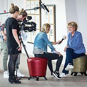 NLD/Hoorn/20170912 - fotomoment castleden Was Getekend, Annie M.G. Schmidt, Simone Kleinsma word geinterviewd door SBS Shownieuws