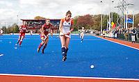 ARNHEM - Ellen Hoog aan de bal, woensdag bij de hockey-oefeninterland tussen de dames van Nederland en Belgie (3-1)  op het nieuwe blauwe kunstgras van HC Upward in Arnhem. Foto Koen Suyk