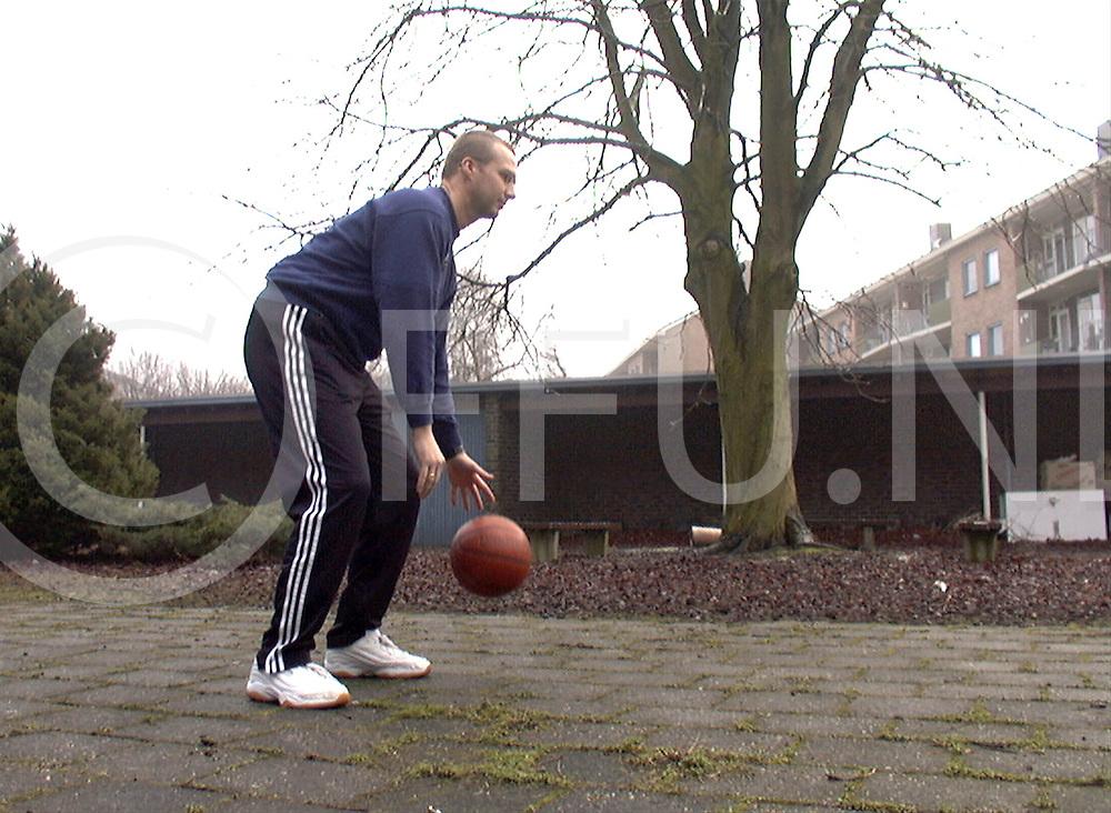 Fotografie Frank Uijlenbroek©2000/michiel van de velde.010201 zwolle ned.fu010201_1coach_zwolle.herman van den belt basketbalcoach