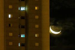 April 29, 2017 - Lua crescente se põe entre prédios na região central de Sorocaba, SP. (Credit Image: © Cadu Rolim/Fotoarena via ZUMA Press)