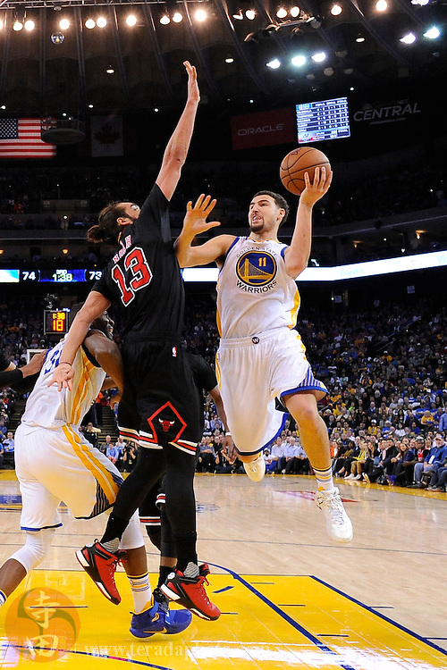 November 20, 2015; Oakland, CA, USA; Golden State Warriors guard Klay Thompson (11) shoots the basketball against Chicago Bulls center Joakim Noah (13) during the third quarter at Oracle Arena. The Warriors defeated the Bulls 106-94.
