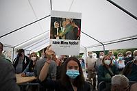 Teltow, 10.09.2021: Wahlkampfveranstaltung von BÜNDNIS 90/DIE GRÜNEN mit der Grünen-Kanzlerkandidatin Annalena Baerbock. Im Bild Narges Tavakkoli (20), die dafür kämpft, dass ihre Tante Mina Naderi (mit Ehemann und ihren Kindern) auf eine Evakuierungsliste aus Afghanistan kommen. Naderi war von 2019 bis zur Machtergreifung der Taliban stv. Bürgermeisterin von Herat und ab 2020 stv. Gouverneurin der Provinz Herat. In dieser Rolle koordinierte sie die Arbeit von USAID und setzte sich für Frauenrechte ein. Seit dem Einmarsch der Taliban ist sie in akuter Lebensgefahr und versteckt sich. Die Familie von Narges gehört der ethnischen Gruppe der Hazara an.