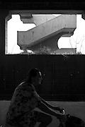 """Un ingombrante edificio nei pressi di Arenzano (GE). Di fronte ad esso, a poche decine di metri, il mar Ligure disegna la costa. La struttura venne progettata per due scopi principali: nella sezione esterna dirimpetto alla spiaggia quale stabilimento balneare ed a ridosso dei rilievi quale galleria per il transito della ferrovia costiera. Costruita negli anni Sessanta nell'ambito del razionalismo e della forte urbanizzazione italiana, essa si colloca al fondo della Pineta di Arenzano, luogo esclusivo e meta di turismo bene della cittadina ligure. Alcuni anni dopo la sua nascita, l'edificio viene abbandonato all'incuria degli agenti atmosferici. Tuttavia la sua funzione primaria di cabina mare viene mantenuta: ancora oggi parte della sezione sostenuta dai """"pilotis"""" è utilizzata ed abitata. La galleria invece ha cambiato destinazione d'uso con la nascita, nel giugno del 2007, della passeggiata pedonale intitolata a Fabrizio de André che collega Arenzano alla vicina Cogoleto. Tale riqualificazione urbanistica ha permesso ad un numero crescente di persone di accedere a tratti di mare difficilmente raggiungibili in precedenza."""