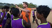 KHUNTI (Jharkhand) -  Finaledag Interschool Hockey League 2016. ONE MILLION HOCKEY LEGS  is een project , geïnitieerd door de Nederlandse- en Indiase overheid, met het doel om trainers en coaches op te leiden en  500.000 kinderen in India te laten hockeyen.  Ex international Floris Jan Bovelander   is een van de oprichters en het gezicht van OMHL.  Op de foto coachtrainer Warner vd Vegt.  COPYRIGHT KOEN SUYK