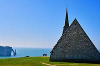 France, Seine-Maritime (76), Pays de Caux, Côte d'Albâtre, Etretat, la chapelle Notre-Dame-de-la Garde, protectrice des pêcheurs, perchée sur la falaise d'Amont et la falaise d'Aval en arrière-plan // France, Seine-Maritime (76), Pays de Caux, Côte d'Albâtre, Etretat, the chapel of Notre-Dame-de-la Garde, protector of fishermen, perched on the Amont cliff and the Aval cliff behind -plan