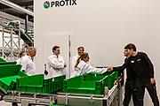 Koning Willem-Alexander opent een nieuwe insectenkwekerij van Protix in Bergen op Zoom. <br /> <br /> Op de foto: Minister Carola Schouten en Koning Willem Alexander