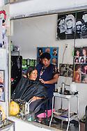 Oaxaca,parrucchiera al lavoro.Oaxaca, hairdresser at work.