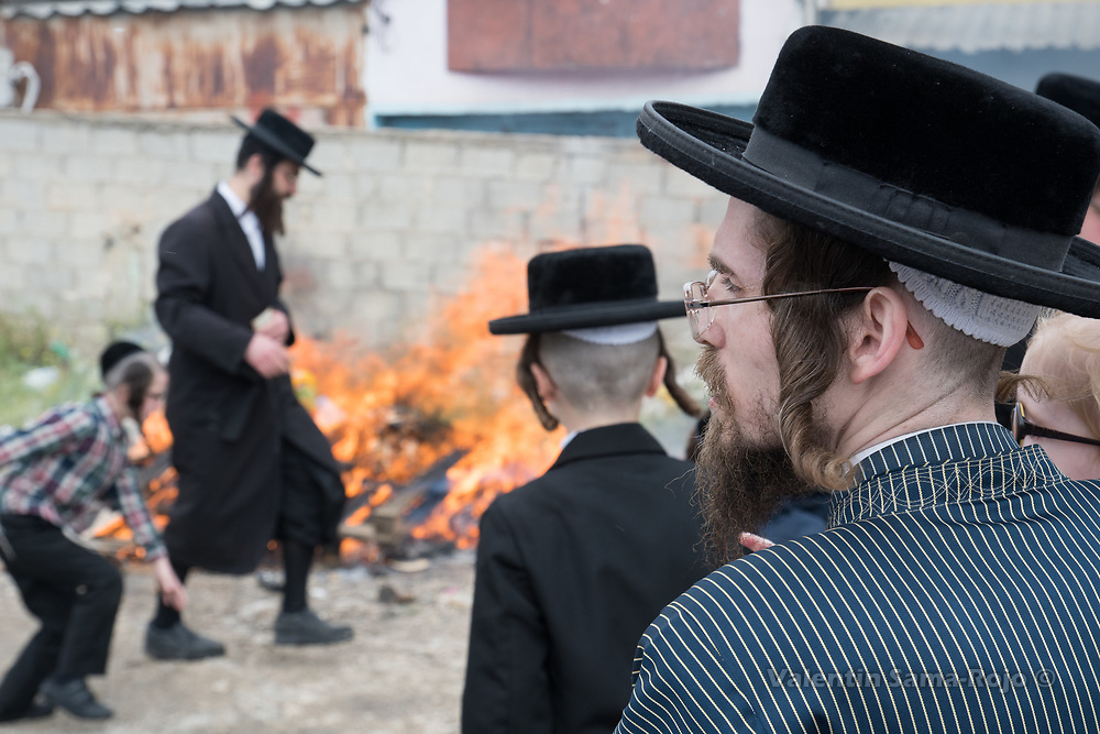Jerusalem, Israel. 30th March, 2018. A man dressing traditional Hasidic cloths standing in front of a bonfire in Mea Shearim neighborhood during the morning of Pesach. © Valentin Sama-Rojo.