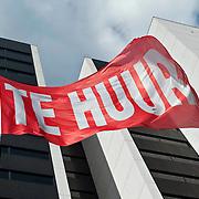Nederland Rotterdam 24 mei 2011 20110524 Kantoorpand te huur. Rode vlag met tekst te huur, op de achtergrond kantoorhoogbouw Adriaan Volkerhuis.  Foto: David Rozing