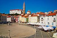 Slovenie, region de Primorska, Piran, place Tartini et eglise Saint Georges// Slovenia, Primorska region, Adriatic Coast, Piran, Tartini Square and st. Georges church