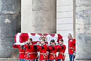 Kisten bæres ud efter Prins Henriks bisættelse fra Christiansborg Slotskirke i København, tirsdag den 20. februar 2018. Prins Henrik døde tirsdag den 13. februar 2018. Pool 1C.<br /> (Foto: Bax Lindhardt/ Scanpix 2018)
