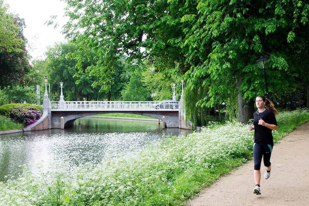 In Utrecht rent een meisje door het park Lepelenburg.<br /> <br /> In Utrecht a girl is running in park Lepelenburg.
