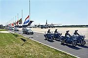 Nederland, Eindhoven,23-7-2014Na aankomst van de twee transportvliegtuigen  op de militaire vliegbasis worden de slachtoffers van de vliegramp boven de Oekraine een voor een naar rouwwagens, lijkwagens, gebracht en vervolgens in colonne naar Hilversum gebracht.The arrival of corpses, remains, of the victims of flight MH17 which was shot down over Ukraine.FOTO: FLIP FRANSSEN/ HOLLANDSE HOOGTE