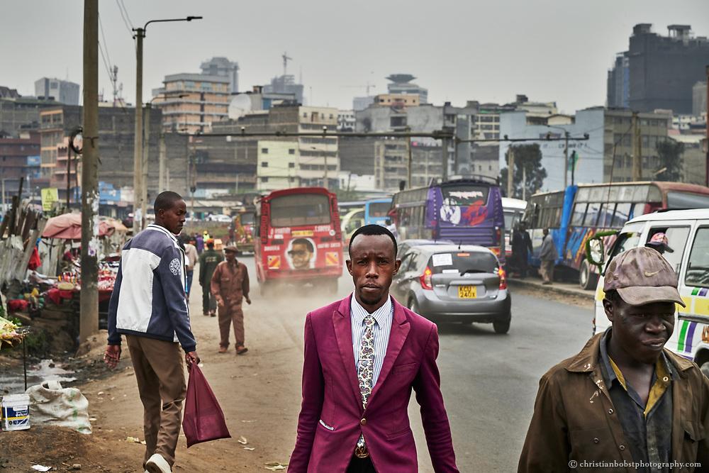 Einwohner Nairobis kehren Abends von der Arbeit nach Hause zurück. Die Matatus machen in gutes Geschäft mit Pendlern in dieser ausgedehnten Stadt, die sich über eine Fläche 696 Quadratkilometern erstreckt, Bald schon soll aber ein neues Bahn-Transportsystem zwischen den verschiedenen Stadtteilen eröffnet werden. Wenn die Matatus dadurch weniger würden, würde Nairobi definitiv einen Teil seiner Farbigkeit einbüssen.