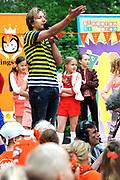 """Koning Willem Alexander opent Koningsspelen in Ens van de drie basisscholen Het Lichtschip, De Horizon en De Regenboog in Ens. Het gaat om een dag vol bewegen voor kinderen, die wordt voorafgegaan door een feestelijk Koningsontbijt.<br /> <br /> King Willem Alexander opens the """" King Games"""" in the town Ens. It is a day of exercise for children, which is preceded by a festive King Breakfast.<br /> <br /> Op de foto / On the photo:  Klaas van Kruistum"""