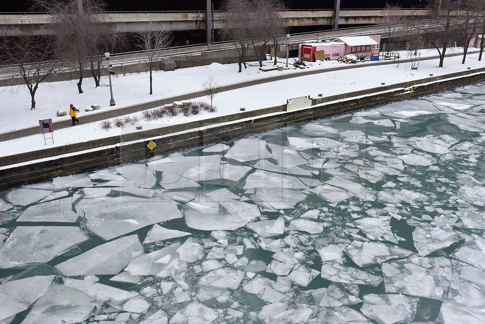 © Licensed to London News Pictures. 31/12/2017. CHICAGO, USA.  The Chicago River has frozen during a period of sub-zero temperatures.  Extremely cold conditions are forecast to continue into the New Year. Photo credit: Stephen Chung/LNP