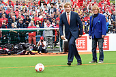 Koning Willem Alexander opent WK voetbal voor daklozen