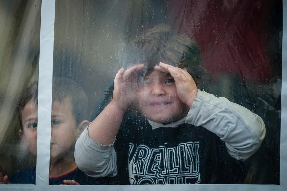 Koeln, DEU, 17.10.2015<br /> <br /> Ankunft eines Sonderzugs aus Passau der Deutschen Bahn mit rund 670 Fluechtlingen am Bahnhof des Koeln/Bonner Flughafens. Von hier aus werden die Menschen, die groesstenteils über die Balkan-Route nach Oesterreich gelangten, auf Erstunterbringungsstellen in Nordrhein-Westfalen verteilt.<br /> <br /> <br /> Foto: Bernd Lauter/berndlauter.com