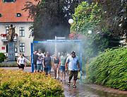 Mrągowo 2019-08-09. Kurtyna wodna na skwerze Jana Pawła II, przed ratuszem w Mrągowie.