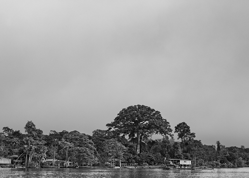 Grand-Santi, Maroni, juin 2015.<br /> <br /> Barge d'orpaillage face à la commune de Grand-Santi. Depuis les efforts entrepris par le gouvernement français pour juguler l'orpaillage clandestin dans l'Ouest guyanais, les barges qui avaient pratiquement disparues réapparaissent sur le Maroni, fleuve frontalier du Suriname. <br /> Strictement interdites en France mais tolérées de l'autre côté de la frontière, une trentaine de barges sont recensées le long du fleuve en décembre 2014.