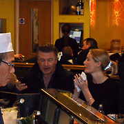 GBR/London/20101221 - Amerikaanse acteur Alec Baldwin eet sushi in Harrods London