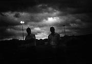 Le luci si accendevano sul mare,<br /> era un giorno strano,<br /> mi rifiutai di credere che fossero lampare.<br /> <br /> luglio  2016 . Daniele Stefanini /  OneShot