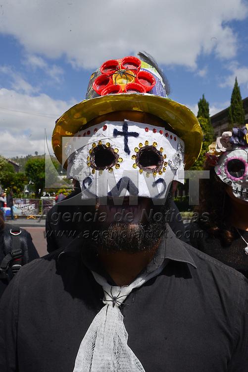 Toluca, México (Octubre 27, 2016).- Estudiantes de la Licenciatura en Ciencias Ambientales de la UAEM caminaron por las calles del centro de Toluca promoviendo la cultura del reciclaje, portando mascaras de catrinas elaboradas con material reciclable.  Agencia MVT / Crisanta Espinosa