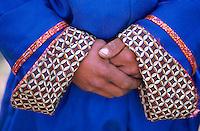 Mongolie. Province d'Arkhangai. Nomade. Detail d'un Del. Mains. // Mongolia, Arkhangai province, detail of a traditional mongolian dress, the Del.