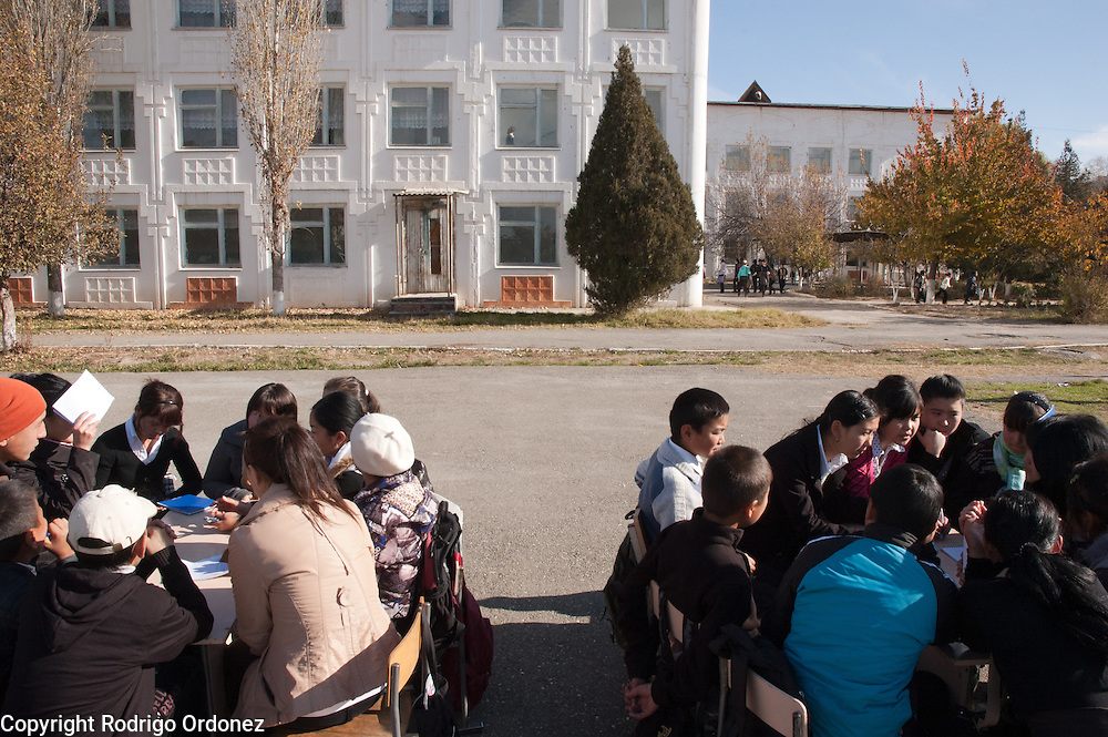 Students discuss in groups during a leadership training organized by Save the Children in School Kerme-Too (Osh, Kyrgyzstan).
