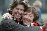 BLOEMENDAAL - Ted van Doorn  met Henriette van Geen (l) , jeugdtrainer Bloemendaal,  FOTO KOEN SUYK