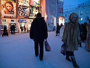 Abendliche Strassenszene vor dem oertlichen Kino in der Innenstadt von Jakutsk. Jakutsk wurde 1632 gegruendet und feierte 2007 sein 375 jaehriges Bestehen. Jakutsk ist im Winter eine der kaeltesten Grossstaedte weltweit mit durchschnittlichen Winter Temperaturen von -40.9 Grad Celsius. Die Stadt ist nicht weit entfernt von Oimjakon, dem Kaeltepol der bewohnten Gebiete der Erde.<br /> <br /> Evening street scene in front of the local cinema in the city center of Yakutsk. Yakutsk was founded in 1632 and celebrated 2007 the 375th anniversary - billboard announcing the celebration. Yakutsk is a city in the Russian Far East, located about 4 degrees (450 km) below the Arctic Circle. It is the capital of the Sakha (Yakutia) Republic (formerly the Yakut Autonomous Soviet Socialist Republic), Russia and a major port on the Lena River. Yakutsk is one of the coldest cities on earth, with winter temperatures averaging -40.9 degrees Celsius.