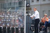 19 JUN 2013, BERLIN/GERMANY:<br /> Barack Obama, Praesident USA, haelt eine Rede auf dem Pariser Platz vor dem Brandenburger Tor, in der mehrere Zentimeter dicken Sicherheitsglasscheibe spiegeln sich die Gaeste und Zuhoerer, rechts: Angela Merkel, CDU, bundeskanzlerin, Besuch des Praesidenten der Vereinigten Staaten von Amerika in Deutschland<br /> IMAGE: 20130619-01-155<br /> KEYWORDS: Präsident U.S.A., Publikum, Spiegelung