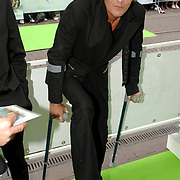 NLD/Amsterdam/20070612 - Premiere Shrek 3, Tygo Gernandt op krukken