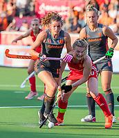 ANTWERPEN - Lidewij Welten (Ned) met Hollie Pearne-Webb (Eng)   tijdens de halve finale vrouwen, Nederland-Engeland (8-0) ,  bij het Europees kampioenschap hockey. Op de achtergrond Laurien Leurink (Ned)   COPYRIGHT KOEN SUYK